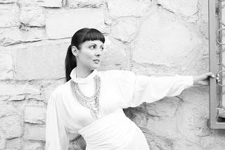 """Da oggi in rotazione radiofonica e nei digital store il nuovo singolo di Simona Salis dal titolo """"Simona"""", brano che racconta la promessa che la stessa Artista fece alla propria […]"""